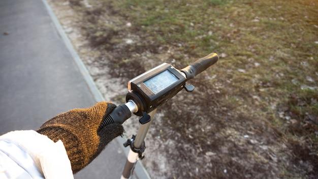 Roue de scooter électrique sur fond de nature
