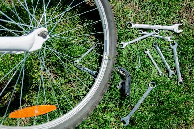Roue de vélo en réparation, arrière-plan vert.