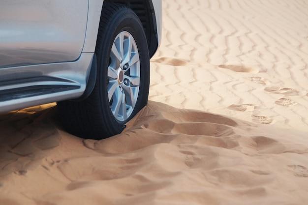 Roue de voiture dans les sables hors route.
