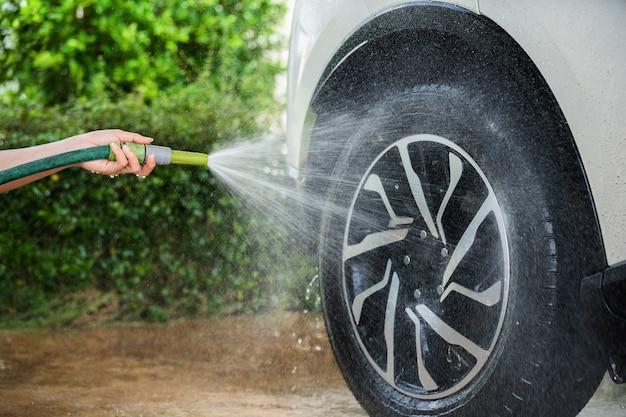 Roue de voiture avec de l'eau pulvérisée