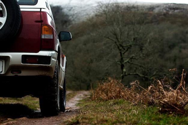 Roue de voiture hors route sur les sentiers de la montagne dans le nord de l'espagne