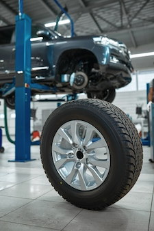Roue de voiture sur le sol en atelier mécanique