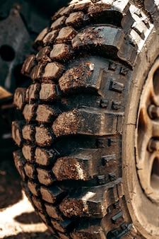 Roue de voiture tout-terrain dans une forêt de route boueuse