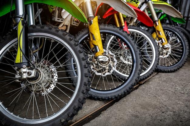 Les roues avant des motos sont alignées.