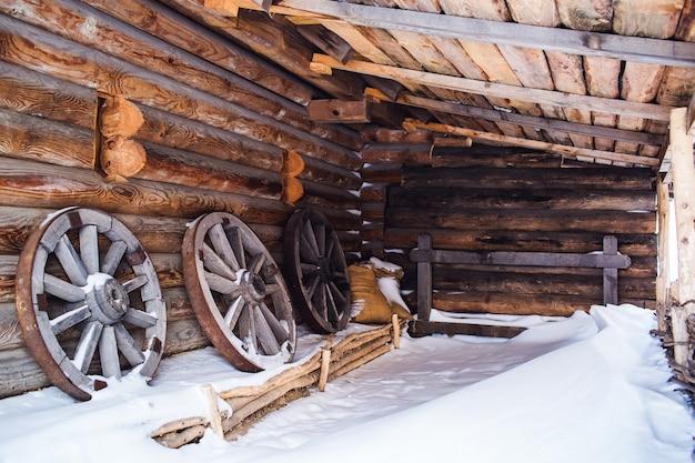 Roues en bois avec une jante en fer dans une grange en bois.