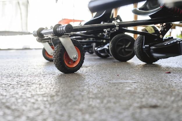 Roues et direction de scooters électriques adaptés.