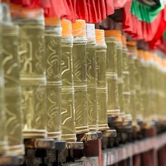 Roues de prière dans le palais du potala, lhassa, tibet, chine