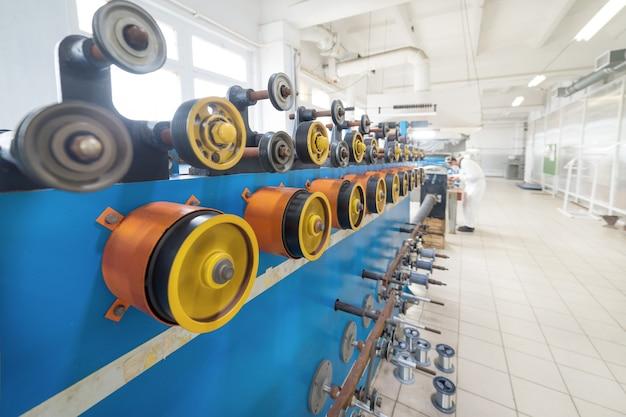 Roues rotatives caoutchoutées de la bobineuse. beaucoup de roues rotatives sont jaunes.
