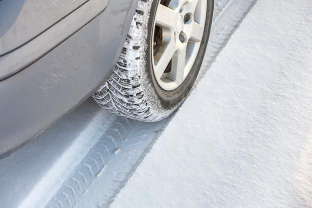 Roues de voiture en caoutchouc dans la neige profonde