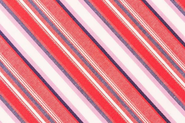 Rouge; bleu; lignes diagonales blanches et roses