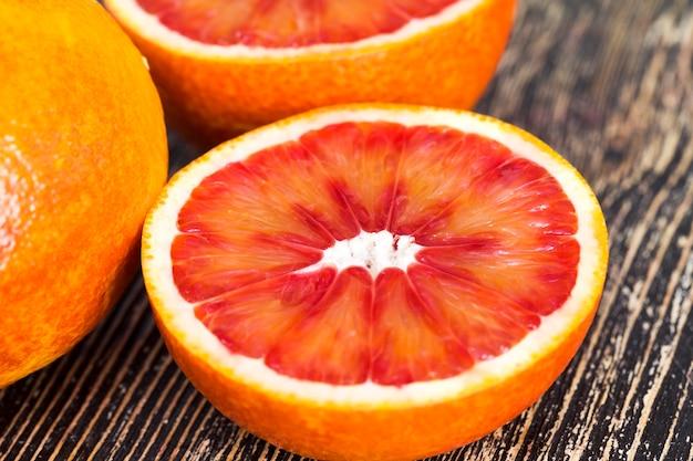 Rouge délicieux et juteux orange coupé en deux, gros plan d'agrumes d'hiver
