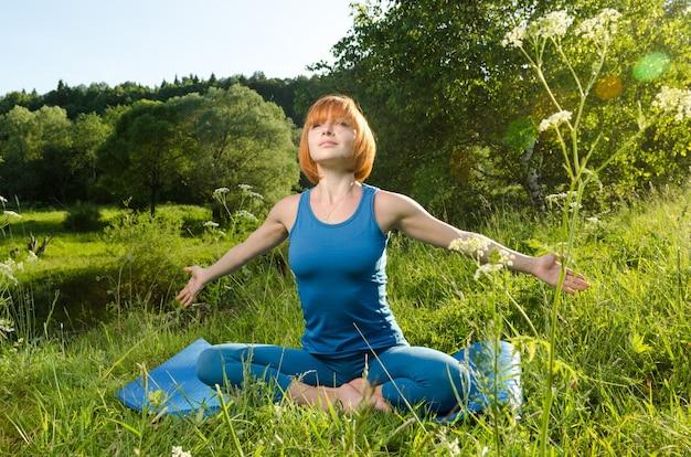 Rouge, femme, pratiquer, fitness, yoga, dehors