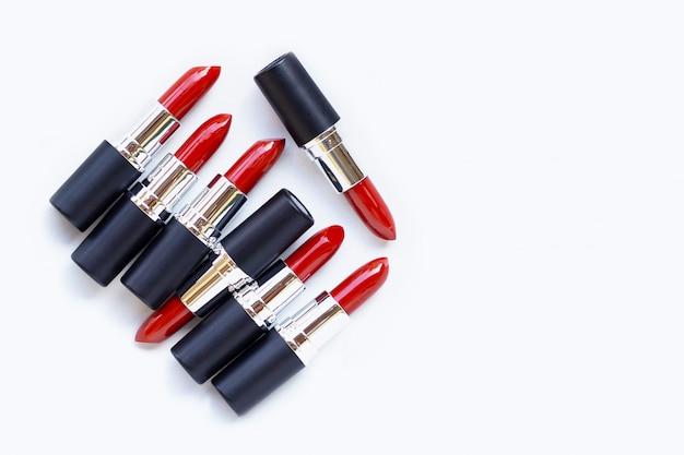 Rouge à lèvres sur blanc. beau concept de maquillage
