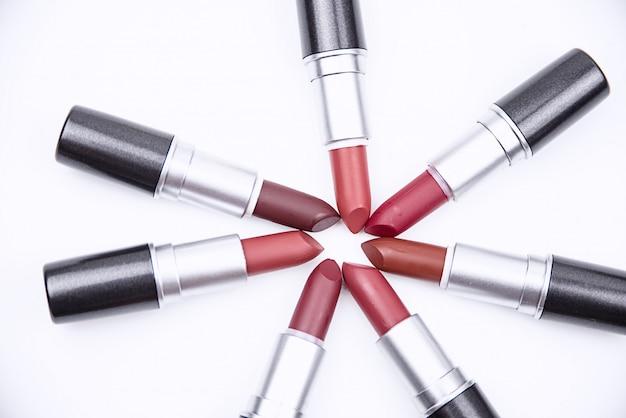 Le rouge à lèvres coloré mis sur fond blanc