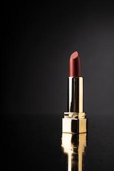 Rouge à lèvres avec des détails dorés