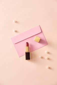 Rouge à lèvres sur enveloppe