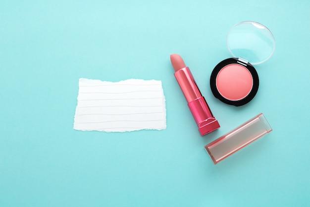 Rouge à lèvres et fard à joues avec du papier vierge