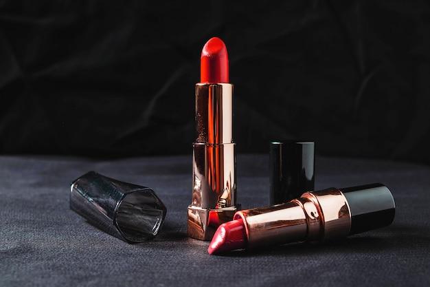 Rouge à lèvres sur fond noir