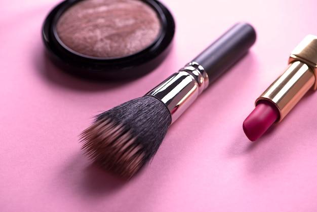 Rouge à lèvres et maquillage sur rose