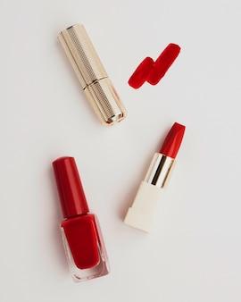Rouge à lèvres plat poser sur fond blanc
