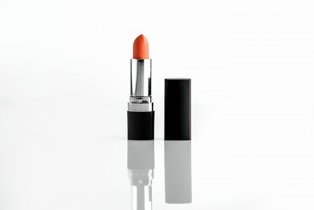 Rouge à lèvres rouge vue de face en plastique noir et chrome