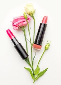 Rouge à lèvres vue de dessus avec des fleurs