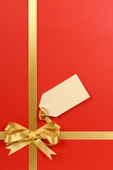 Rouge et or présent avec étiquette de cadeau