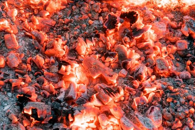 Rougeoyant aux charbons rouges dans le feu.