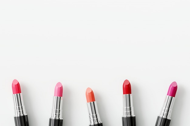 Rouges à lèvres colorées sur fond blanc. concept de beauté.