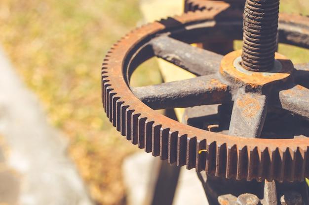 Rouillé engrenage et chaîne, vieux moteur lourd avec des taches de rouille
