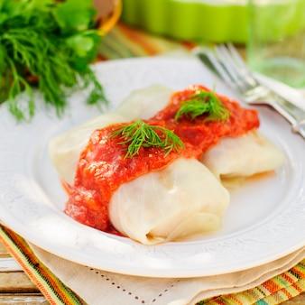 Roulades de chou à la sauce tomate et à l'aneth