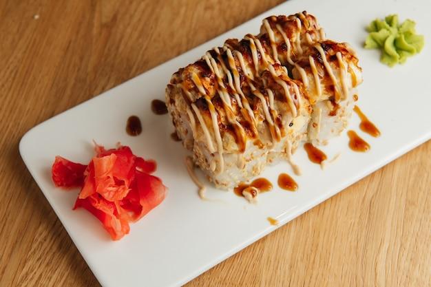 Rouleau au four aux crevettes. plat de restaurant de sushi traditionnel, élément de menu. apéritif de cuisine japonaise nationale.