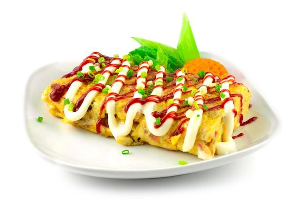 Rouleau aux œufs coréen (gyeran-mari) fromage de remplissage de la cuisine coréenne décoration plat de fusion carotte sculptée style forme de fleur vue latérale