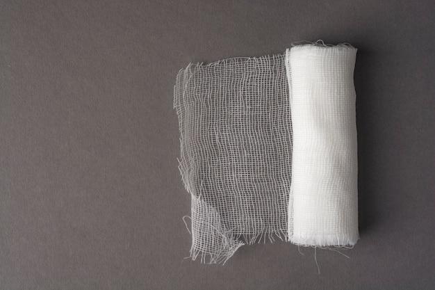 Un rouleau de bandage médical.