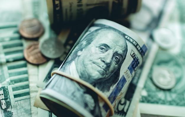 Rouleau de billets d'un dollar américain sur la table en photo gros plan