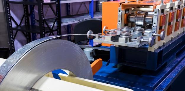 Rouleau de bobine en acier inoxydable dans la machine; prêt à l'emploi dans le processus de laminage à froid