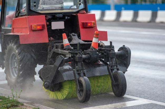 Rouleau à brosse articulé pour le nettoyage des rues et des trottoirs