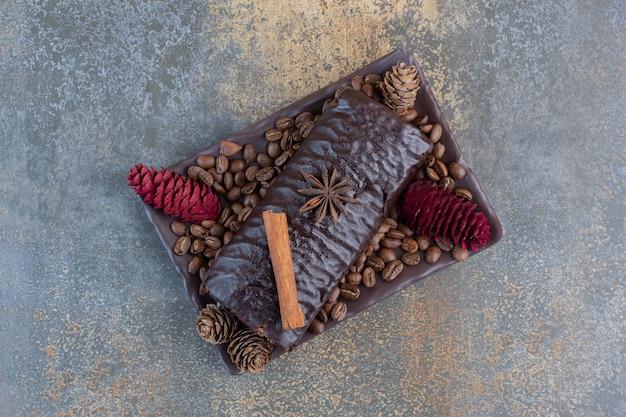Rouleau de chocolat avec grains de café et pommes de pin. photo de haute qualité