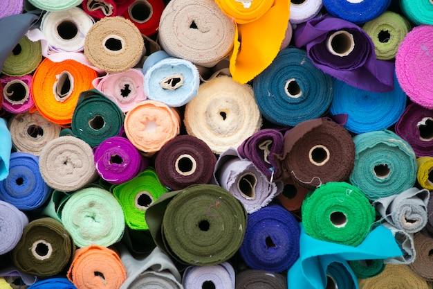 Rouleau coloré de tissus.