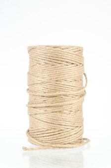 Rouleau de corde isolé sur blanc