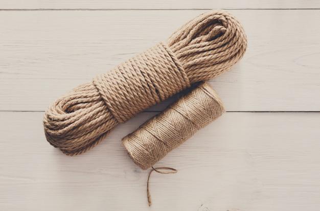 Rouleau de corde de jute naturel, pour les cadeaux de bricolage, vue de dessus sur bois blanc