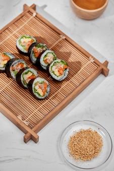 Rouleau coréen gimbap (kimbob) à base de riz blanc cuit à la vapeur (bap) et de divers autres ingrédients