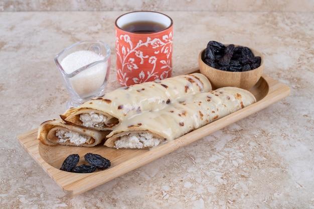 Rouleau de crêpes maison aux raisins secs et lait concentré