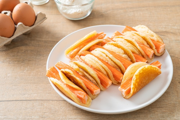 Rouleau de crêpes plat fait maison avec bâtonnet de crabe