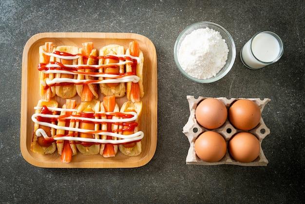 Rouleau de crêpes plat fait maison avec saucisse et bâtonnet de crabe