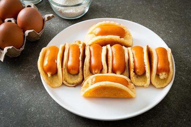 Rouleau de crêpes plat fait maison avec saucisse