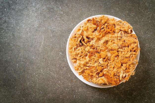 Rouleau croustillant à la noix de coco avec porc râpé séché