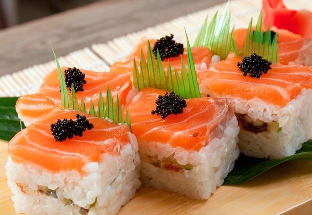 Rouleau de cuisine japonaise traditionnelle de sushi japonais à base de saumon