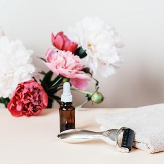 Rouleau de derma à aiguille, rouleaux de massage jade guasha et bouteille de sérum utilisés pour la régénération de la peau anti-âge et la thérapie de stimulation du collagène