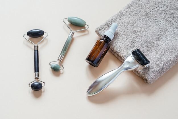 Rouleau de derma microneedling, rouleaux de massage jade guasha et flacon de sérum, microneedling et soins de la peau à domicile